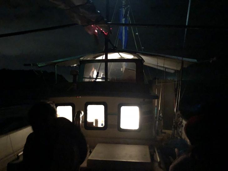 漁師の船乗船